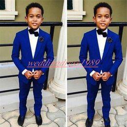uomini che portano il vestito migliore Sconti 2019 Boy Suits Tuxedos Best Man Testimoni dello sposo Abiti da ragazzo Abiti da sposa Smoking per bambini (giacca + pantaloni)