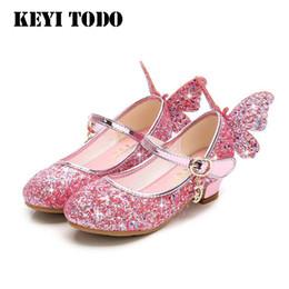 2019 розовые пляски Модные детские блестки принцесса обувь девушки туфли на каблуках крыло бабочки свадьба девушки танцевальная обувь золото розовый 26-36 C535 Y190523 дешево розовые пляски