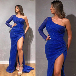 Der einen seite der bahn kleid online-Royal Blue Sparkly Mermaid Prom Dresses One Shoulder Sequins Long Sleeves Evening Dress High Side Split Ruffle Sweep Train Formal Party Gown