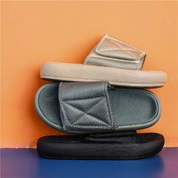 2019 pantofole morbide Uomini Pantofole nuovo kanye moda ovest Estate Sandali piatti Beach Infradito Pantofole all'aperto Scarpe Uomo diapositive morbida Sole pantofole morbide economici