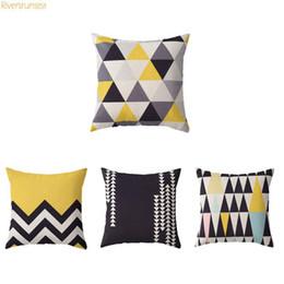 Cojines amarillos blancos online-Nórdica estilo geométrico simple Cojín Amarillo Gris Negro triangular y negro raya impreso decorativo cojines para el sofá