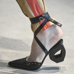 2019 cinghie alla caviglia dei talloni di prom 2019 New Unique Heel Cut out pelle di montone Bandage Ankle Strap Lady Sandals T Show Prom Party Pumps sconti cinghie alla caviglia dei talloni di prom