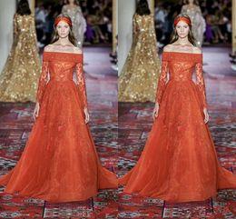 Elie saab orange on-line-Elie Saab 2020 Laranja Fora do Ombro Vestidos de Noite no Tapete Vermelho Apliques de Manga Longa Missangas Sweep Train Ocasião Formal Vestido de Festa de Baile