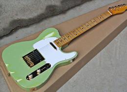 2019 hardware de guitarra verde Guitarra eléctrica perfecta Factory Light Green Style Vintage con hardware dorado, Pickguard blanco, diapasón de arce amarillo, se puede personalizar