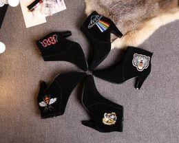 Saltos de tigre on-line-Top Quality Carta de Luxo Cobra Botas Curtas de Salto Alto Preto Pele De Couro Moda Mulher Bordado Abelha Botas De Tigre Com Caixa
