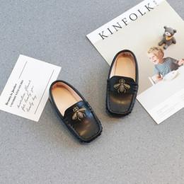 eb57ad467 Marrom Primavera outono New BEE calçados infantis Da menina de couro da  criança shoes scarpe ragazza ervilhas adorável Lazer Criança bebê Tênis  única