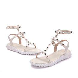 2018 Diseñador de las mujeres de cuero genuino plana fiesta de moda remaches chicas sexy pies descalzos zapatos de boda sandalias correas dobles tamaño 35-40 N042 desde fabricantes