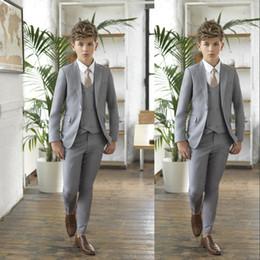 2019 Gri Erkek Smokin Düğün Için Çentikli Yaka Bir Düğme Erkek Resmi Giyim Çocuk Balo Parti Üç Adet için Suit (Ceket + Pantolon + Yay + Yelek) supplier one button suits for boys nereden erkek için bir düğme uygun tedarikçiler