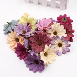 Gänseblümchen handwerk online-10pcs / lot 6cm Silk Retro Daisy künstliche Blumen-Kopf-Hochzeit Dekoration DIY-Kranz-Einklebebuch-Fertigkeit Gefälschte Blumen Künstliche Blumen