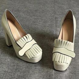 """Tacón blanco zapatos mujeres online-Bombas de plataforma de tacón alto de diseñador de mujer con zapatos Marmont con flecos Zapatos de punta de cuero blanco vintage Herrajes de doble tono 3.3 """"4.5"""" de altura"""