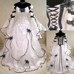 Il corsetto gotico veste maniche lunghe online-2020 abiti da sposa d'epoca Plus Size gotica una linea con pizzo nero a maniche lunghe parte posteriore del corsetto cappella treno abiti da sposa per Garden Country