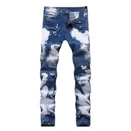 Los hombres visten overoles online-Los nuevos 2019 pantalones vaqueros del estiramiento de los hombres en bicicleta de suministro de cultivar la moralidad juegan un doble cremallera de color agujero llevar pantalones blancos
