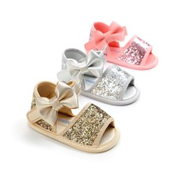Lindas sandalias online-La niña de la lentejuela del Bowknot de las sandalias del verano de los niños suave Suela antideslizante de cuero de la princesa zapatos lindos zapatos de moda para niños
