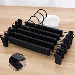 2019 schwarze kleiderbügel Schwarzer Plastikaufhänger für die rutschfeste Kleidungs-Hosen-Rock-Klipp-Aufhänger-Zahnstange der Wäsche DHL geben Verschiffen frei günstig schwarze kleiderbügel