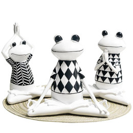 regali di rana Sconti 3 stili resina nera e White Stripes Frog Yoga figurine di animali Yoga Statua Carino modello della rana per Office Home Decor Gifts