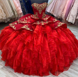 Dolce 15 vestiti oro rosso online-2020 Red Prom Quinceanera Abiti Sweetheart Ball Gowns Senza spalline Corsetto Indietro con Gold Ace Applique Gonna a Tiered Tulle Sweet 15 Custom Made