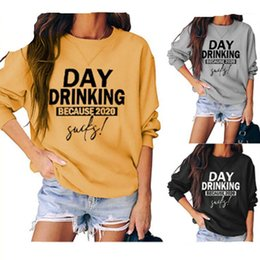 Bebida camisetas on-line-Casual Feminino manga comprida solta Tops T do dia potável porque Neck Rodada Carta Mulheres Tshirts Fashion Trend T-shirts Designer