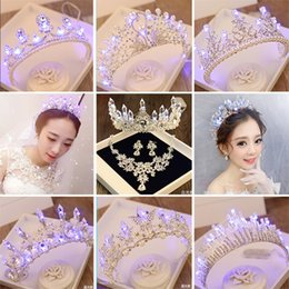 kronen-tiara led  Rabatt Braut Luminous Crown Frauen Brithday Partei-Haar-Dekoration Hochzeit LED-Licht Tiara Braut Königin-Krone Weihnachten Mädchen Haarschmuck Y200807