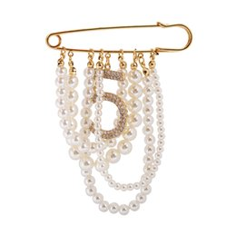 Broche colgante online-Charming Number 5 Pearl Women Broches Shiny Rhinestone Tassel Colgante Pin Broche 201009