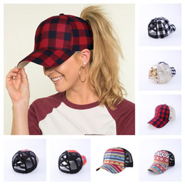 Zaino palla online-Plaid Criss-Cross Srow Out Baseball Cap Tartan Plaid Plaid Ponytail Ball Hat Donna Mens Backpack Regolabile Mesh Patchwork Caps Visiera E102802