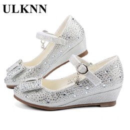 Los niños zapatos de las cuñas online-Ulknn Girls Silver Gold Party Zapatos de boda Princess Shoes Cuero Glitter Cristales Rhinestones Wedge Butterfly Knot Kids Shoes 20113