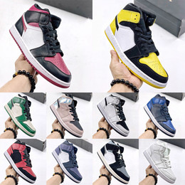 Donne di sneaker di ala online-Mens 1 Basketball Shoes AJ1 Pine Green High Mid OG 1s Women Banned Chrome Wings Alternate Think Black Toe Court Purple UNC Satin Grey Sneakers