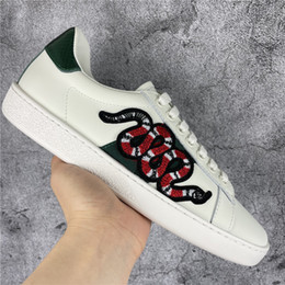Scarpe rosse verdi online-Top Quality Scarpe Uomo Donna Scarpe casual da donna Sneakers Moda Sneakers Lace-Up Scarpe Green Red Stripe Black Leather Ape Ricamato Chaussures Chaussures