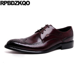 2021 scarpe bordeaux estremità alari Burgundy Genuine Leather Men Pointed Toe Dress Shoes Black Brogue Wingtip Runway Oxfords Italian Brand Lace Up Wedding Derby