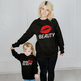 2021 pull baisers Kiss Print Mother Fille Pulls Famille Association Vêtements Maman et Me Sweat-shirt Tenue Look Filles Boys Baby Cotton Tops Lj201111 pull baisers pas cher