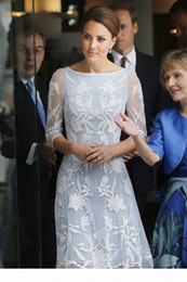 Principessa abito bianco kate online-Abito da donna Middleton Princess Kate Fashion Same Style Bianco su Blue Pizzo Dress OL Dress Abito casual in pizzo bianco a mezza manica