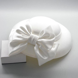 Grandi fascinatori online-Big Fascinators per Matrimoni Grande bowknot Satin White Hat Donne Elegante piuma Fedoras Black Ladies Cappelli Vintage