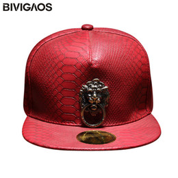Cappuccio snapback nero di serpente online-New Metal Sculpture Leone Head Snapback Hats Snakeskin Leather Hip Hop Cap Uomo Punk Style Berretti da baseball per uomo Donne Black Red LJ201031