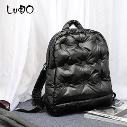 Bolsas de plumas de la marca online-Lucdo Down Women Backpack Espacie Espacio Invierno Espacio Cotton Air Brand Fashion Warm Fashion 2020 Pad Cotton Chaqueta Bolsa Mochila Mochila RRGTT