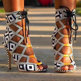 Corte branco fora t on-line-Fábrica Real Foto Lace-up Patchwork Sandálias Branco / Black Xadrez Cor Correspondência Cut-Out Dress Sapatos de Tee Aberto Toe Strappy Sandal Botas