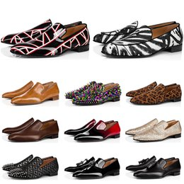 2021 chaussures habillées en daim noir 2020 red bottoms shoes Chaud designer de mode mens chaussures mocassins spike noir rouge en cuir verni Slip On Dress Robe de mariage Bottoms Shoe for Business Party