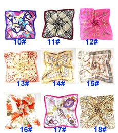 Lenço feminino on-line-Summer Autumn And Winter Scarves Handkerchief Female Imitation Wersatile Professional Small Square Silk Scarf HH21-177