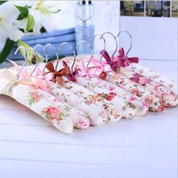 Appendini scivolanti online-1 set / 5 pz appendiabiti fiori spugna imbottito appendiabiti vestiti antiscivolo rack per la casa FZ2198
