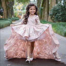 Rosa High Low Blumenmädchen Kleider für Hochzeiten mit langen Ärmeln mit Spitze Applique formale Littles Mädchen Festzug Kleid mit Sweep Zug von Fabrikanten