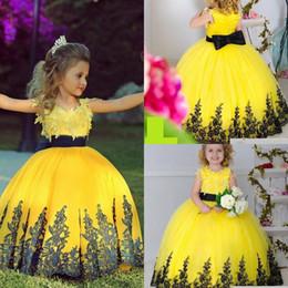 2016 nuevos vestidos del desfile para las niñas apliques de tul negro longitud del piso amarillo vestido de bola vestidos de niñas de flores para la boda niños desde fabricantes