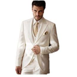 Vente en gros-La haute qualité personnaliser Blanc Ivoire Costumes De Mariage Hommes Smokings Costumes À Revers En Peluche costume trois pièces costume Robe De Bal (veste + pantalon + gilet ? partir de fabricateur