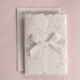 projeto de cartões do casamento do noivo da noiva Desconto 2019 Chegada Nova Laser Cut Convites De Casamento Cartão Com Fita Bowknot Para Fornecimento de Partido Cartões de Impressão Livre CW5183