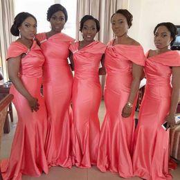 Рукав плюс тафта онлайн-Африканское платье невесты Coral Taffeta 2019 с длинной нерегулярной шеей и коротким рукавом плюс размер фрейлина свадебное платье для гостей дешево