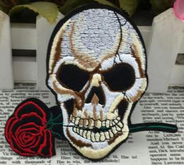 3.9 polegada Subiu crânio bordado patch de Ferro Em Remendos Crânio e Ossos Feitos de Pano Garantido apliques do punk sew no remendo GPS-010 de Fornecedores de flores de malha padrões livres