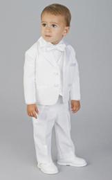traje de niños blancos solapas de satén Rebajas Dos botones hechos a medida Desgaste Formal para niño blanco Muesca solapa de satén Niños Esmoquin Trajes del banquete de boda (Chaqueta + Pantalones + Chaleco + Corbata) K3