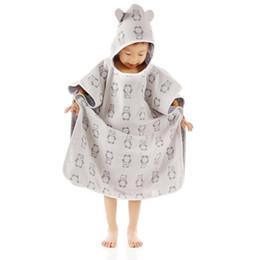 Nueva fiesta de bienvenida al bebé de cuatro capas de gasa batas manto del bebé gorras de baño capa de algodón gasa niños toalla de baño para la venta desde fabricantes