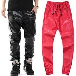 Pantaloni faux in pelle uomo rosso online-Pantaloni sportivi in pelle moda all'ingrosso-Mens neri e rossi Pantaloni in pelle sintetica rock uomini Kanye West Pantaloni sportivi alti in vita di strada Hip Hop