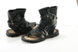 Sandália de tanga sandália de tornozelo on-line-Gladiador Sandálias Para Homens 2016 Verão Rebites Thong Leather Shoes Homens Ankle Strap Designers Praia Chinelos Mens Botas