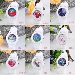 Nuevos relojes diseños para niñas online-Envío gratis-Nueva marca de la venta caliente Geneva Silicone Wristband Watch Fashion 20 Design Girl Watch
