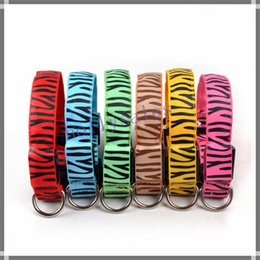 2019 scoppio di collari di cane che barking Collare a strisce Pet Dog Collar zebra Glow Cat Collari Lampeggiante Nylon Light Up Collare per cani 6 colori 3 taglie Pet Supplies Collari per cani