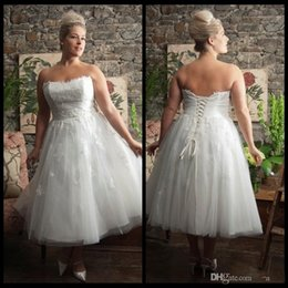 Wholesale Crystal Bridal Brooches - Plus Size Tea Length Beach Wedding Dresses 2015 Strapless Lace Appliqued Bridal Gowns vestido de noiva With Lace Up Back Wed Strapless Dress